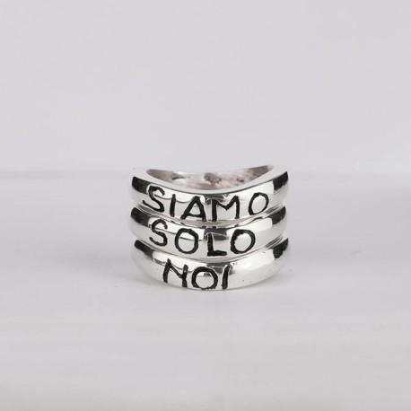 Una canzone sulle dita con gli anelli Vasco Rossi